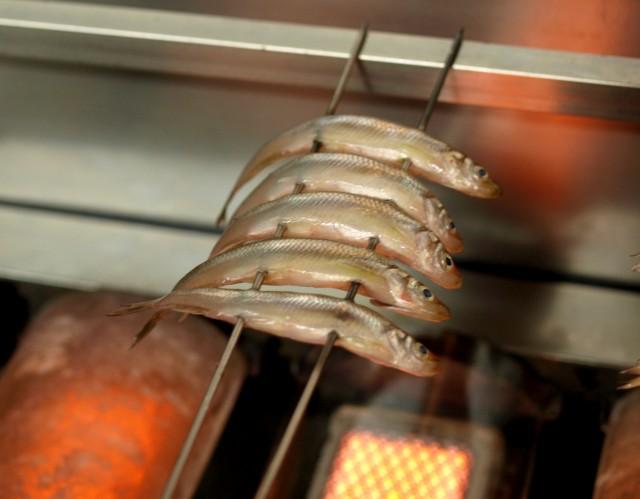 公魚を焼く